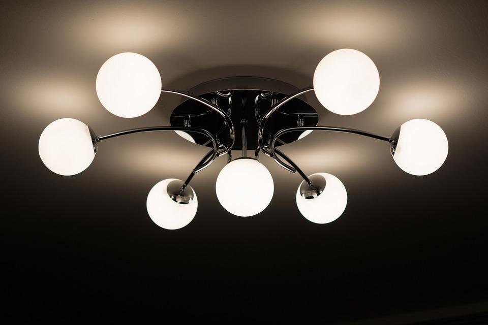 lampy sufitowe jako główne źródło światła