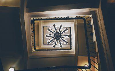 Funkcjonalne oświetlenie schodów – przegląd praktycznych rozwiązań
